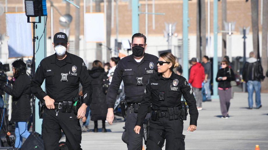 Police mit Maske
